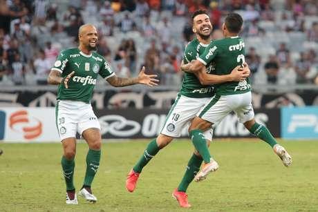 Bruno Henrique comemora com Dudu o gol contra o Atlético-MG pela quarta rodada do Camponato Brasileiro 2019