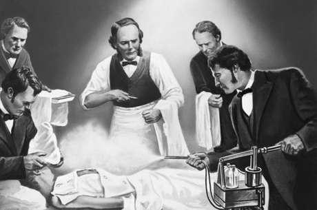 Ilustração mostra Lister pulverizando um paciente com ácido carbólico