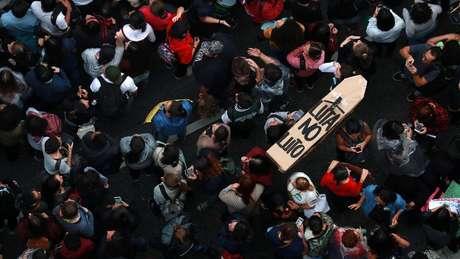 Em São Paulo, manifestantes ocuparam a Avenida Paulista; mais de 200 cidades brasileiras tiveram protestos contra cortes na educação