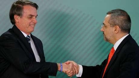 Jair Bolsonaro e Abraham Weintraub se cumprimentam; 'esse governo vai provocar algo que parecia impossível: um retrocesso', diz Cristovam Buarque