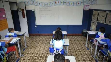 'Não vi pela televisão um cartaz contra a existência ainda de analfabetismo de adultos no Brasil, não vi um cartaz pedindo a federalização da Educação de Base', diz ex-ministro e senador