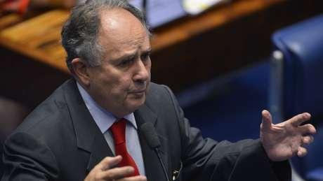 Em Recife, ex-senador faz palestras e retiro na praia para escrever