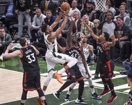 Giannis Antetokounmpo, do Milwaukee Bucks, tenta jogada no duelo contra o Toronto Raptors nesta quarta-feira (15/05/2019)