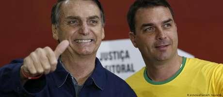 Senador Flávio Bolsonaro ao lado do pai, o presidente da República, Jair Bolsonaro
