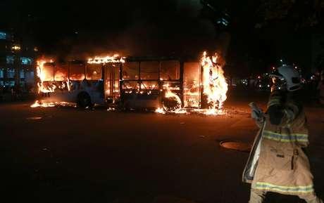 Ônibus é incendiado por manifestantes após o protesto contra o corte de verbas detinadas para educação proposto pelo governo na noite desta quarta-feira, 15, no centro da cidade do Rio. O protesto foi convocado pelas redes sociais e acontece em vários pontos do país.