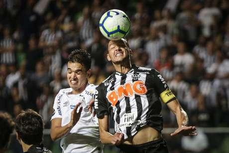 Felipe Aguilar, do Santos, disputa lance com Réver, do Atlético Mineiro, em partida válida pelas oitavas de final da Copa do Brasil 2019, no Estádio Independência, em Belo Horizonte, na noite desta quarta feira (15).
