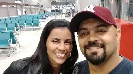 Fernando Batista ao lado da esposa; vida da família foi alterada desde fevereiro, com alerta emitido para barragem