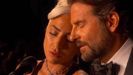 Lady Gaga e Bradley Cooper na performance da música 'Shallow' durante o Oscar.