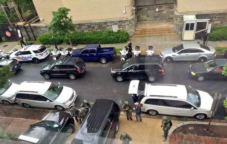 Polícia do lado de fora da embaixada da Venezuela em Washington 16/05/2019 Redes Sociais/via REUTERS