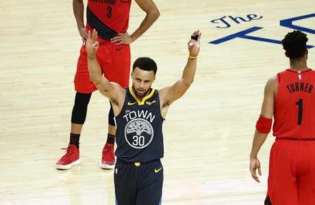 Stephen Curry, do Golden State Warriors, acena para torcida na vitória sobre o Portland Trail Blazers
