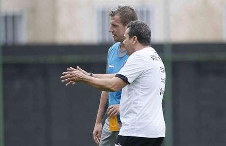 Luxemburgo e Maxi conversam durante treinamento do Vasco (Foto: Rafael Ribeiro/Vasco)