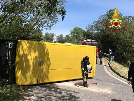 Ônibus escolar tombou em uma curva, mas ninguém ficou gravemente ferido