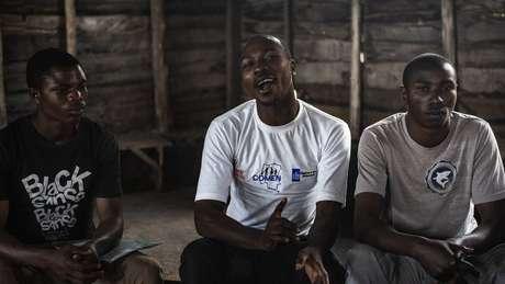 Um organizador de uma oficina, ao centro, conduz uma discussão sobre masculinidade positiva em uma reunião da Rede de Homens do Congo