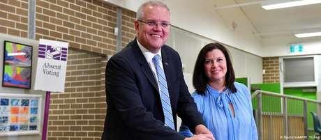 Primeiro-ministro, Scott Morrison, e esposa Jenny entregam seu voto