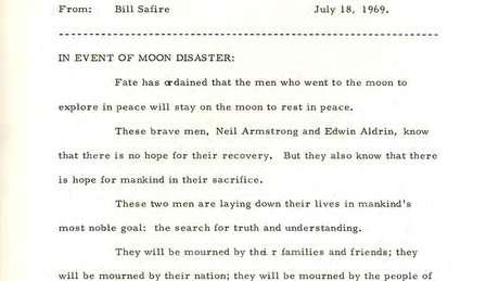 O texto intitulado 'Em caso de desastre lunar' homenageia os astronautas Edwin Aldrin e Neil Armstrong