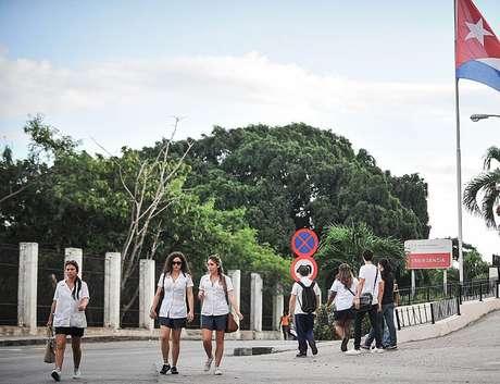 Todos os formandos em medicina em Cuba precisam cumprir três anos de serviço social obrigatório