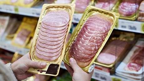 Cientistas britânicos fizeram campanha recentemente para proibir o uso de nitratos e nitritos em carnes processadas