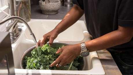 Os nitratos presentes em folhas verdes oferecem vários benefícios para a saúde