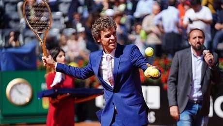 Guga é homenageado antes da final do Masters 1000 de Roma.