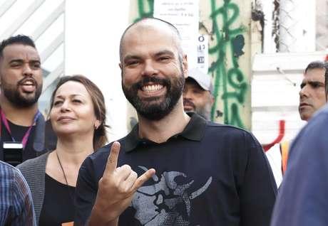 O prefeito de São Paulo, Bruno Covas, acompanha show da banda Sepultura em palco montado na Avenida Rio Branco, no centro de São Paulo, durante a Virada Cultural 2019