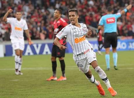 Pedrinho, do Corinthians, comemora seu gol durante partida contra o Athletico Paranaense, válida pela quinta rodada do Campeonato Brasileiro, na Arena da Baixada, em Curitiba (PR)