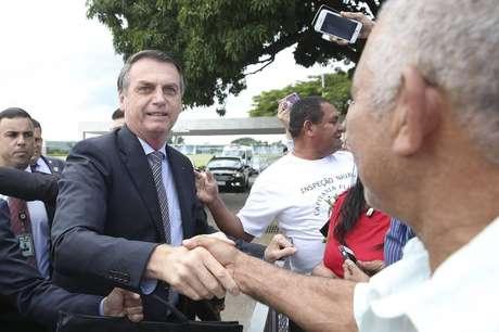 Jair Bolsonaro cumprimenta populares na saída do Palácio da Alvorada; presidente fará primeira viagem ao Nordeste