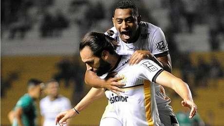 Léo Gamalho comemora o gol da vitória do Criciúma sobre o Guarani