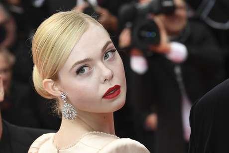 Elle Fanning passa pelo tapete vermelho durante o Festival de Cannes