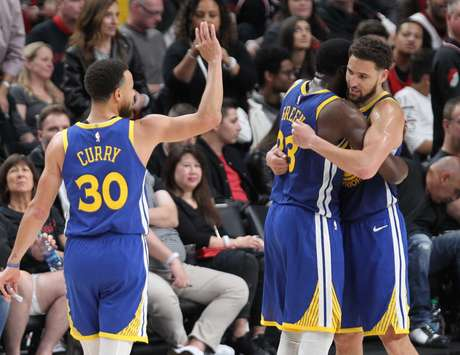 Stephen Curry celebra com os companheiros a vitória do Golden State Warriors sobre o Portland Trail Blazers