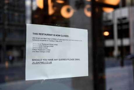 Cartaz anuncia fechamento de restaurante de Jamie Oliver no centro de Londres