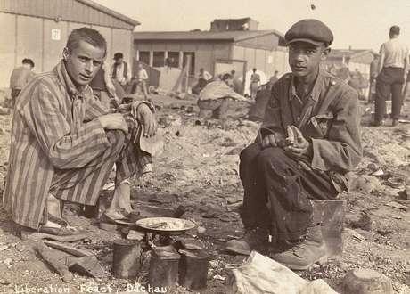 Jean Voste (direita), teria nascido na colônia belga no Congo e seria o único prisioneiro negro do campo de concentração de Dachau