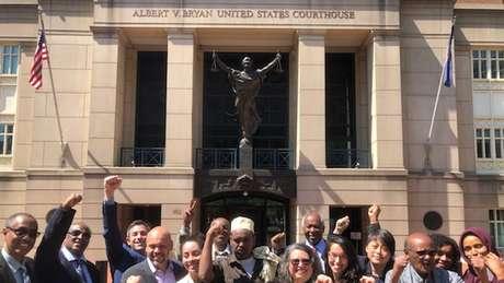 Warfaa (ao centro) e sua equipe de advogados celebram o veredito