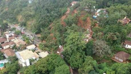 Toda a encosta de um morro deslizou e a barreira encobriu a rodovia Perimetral, em Ilhabela, litoral norte do Estado de São Paulo