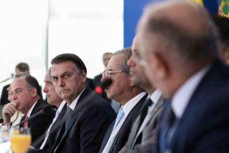Ao lado do ministro Paulo Guedes, Jair Bolsonaro participa de encontro com bancada do Nordeste.