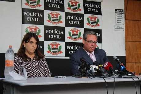 A delegada Roberta Silva Aidar Franco, à esquerda, durante entrevista coletiva sobre o caso
