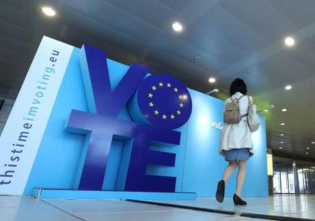 Mulher passa por propaganda eleitoral da eleição para a União Europeia em Bruxelas 22/05/2019 REUTERS/Yves Herman