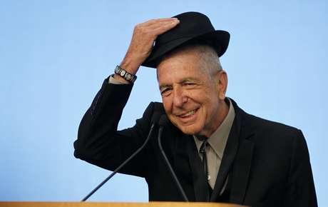 Múisico Leonard Cohen tira chapéu para a plateia durante premiação em 2012 em Boston 26/02/2012 REUTERS/Jessica Rinaldi