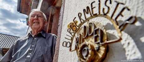 O democrata-cristão Josef Rüddel, de 94 anos, serviu por 56 anos como prefeito do vilarejo alemão de Windhagen