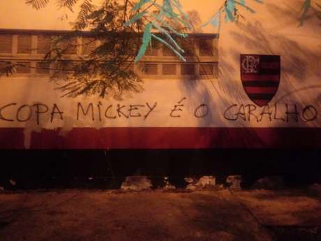 Muro da Gavea foi pichado com críticas na ultima segunda-feira (Foto: Reprodução)