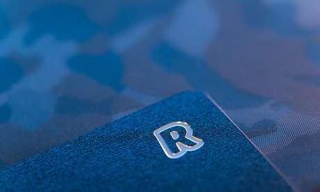 """Detalhe do """"Metal Card"""" da Revolut; com ele, o cliente ganha até 1% do valor de cada compra que fizer com o cartão"""