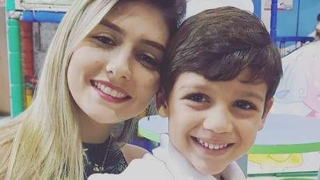 Tamiris e o filho de cinco anos; ela vai doar os dentes do filho para a mesma universidade onde doou os seus dentes quando criança
