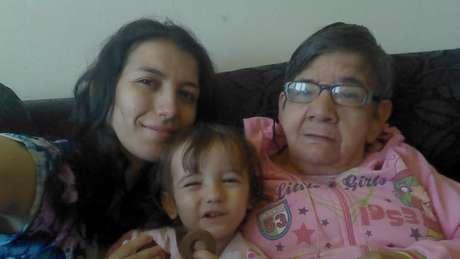 Gláucia, a filha Emily e Cotinha: Família acolheu a idosa após hospital onde ela morava ter fechado as portas