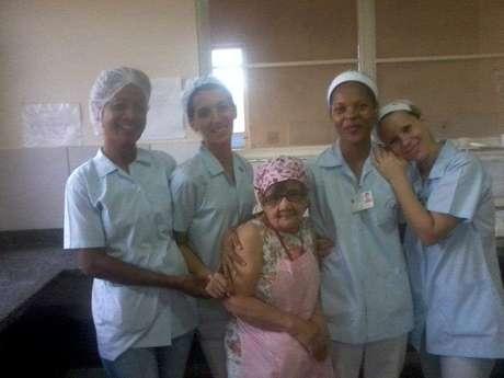 Gláucia, a segunda da esquerda para a direita na imagem, trabalhava como copeira no hospital onde Cotinha morava