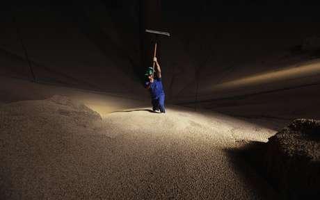Homem trabalha com estoque de milho em Sorriso (MT)  27/09/2012 REUTERS/Nacho Doce