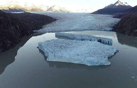 Dois novos icebergs são vistos após se soltarem da Geleira Cinza, na Patagônia chilena 09/03/2019 Ricardo Jana/Cortesia do Instituto Antártico Chileno (INACH)/Divulgação via REUTERS