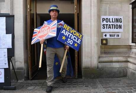 Ativista contra o Brexit deixa colégio eleitoral em Londres, no Reino Unido