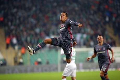 Adriano joga na Turquia, mas o contrato está perto do fim (Foto: Reprodução / Twitter)