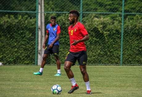 Bastos está com 35 anos e tem passagens por clubes europeus e grande brasileiros- Williams Aguiar/Divulgação Sport