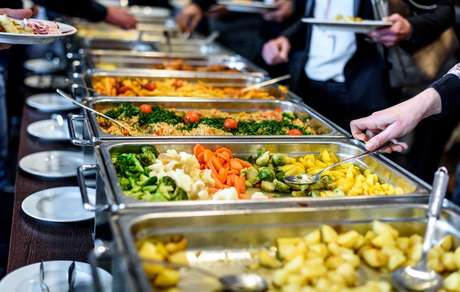 Como montar um prato saudável no self-service: veja as dicas