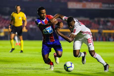 Elber (e), do Bahia, e Leo, do São Paulo, em partida válida pelas oitavas de final da Copa do Brasil, do estádio no Morumbi, na capital paulista, nesta quarta-feira, 22.